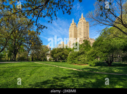 Central Park West mattinata estiva con Art Deco alto edificio. Upper West Side di Manhattan, New York City Foto Stock