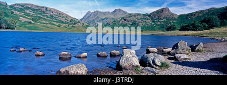 Una silenziosa mattina all'iconico Blea Tarn nel Lake District Cumbria con le colline e Langdale Pikes in background Foto Stock