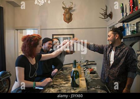 Gruppo di amici in un bar. Foto Stock