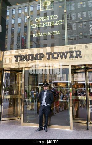 L'uomo porta, Trump Tower , Quinta Avenue, Manhattan, Big Apple, New York City, Stati Uniti d'America Foto Stock