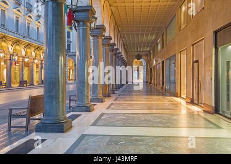 Torino - i portici di Via Roma al tramonto.