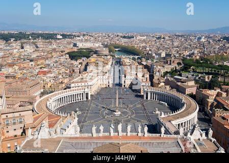 """Una vista di Piazza San Pietro """" Piazza San Pietro' nella parte anteriore della Basilica di San Pietro e la città Foto Stock"""