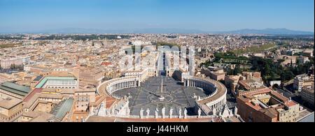 A 3 foto stitch vista panoramica di Piazza San Pietro nella parte anteriore della Basilica di San Pietro e la città Foto Stock