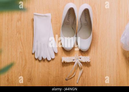Scarpe Sposa Giarre.Beige Nuziale Matrimonio Scarpe Con Garter Sul Divano Il Concetto