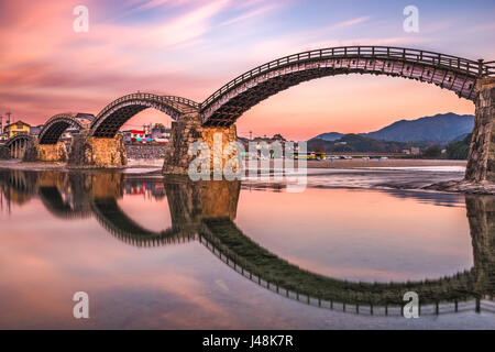 Iwakuni, Hiroshima, Giappone a ponte Kintaikyo al crepuscolo. Foto Stock