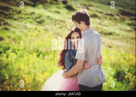 Coppia sorridente in amore all'esterno. felice il concetto di stile di vita. Una storia di amore Foto Stock