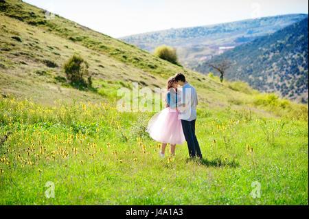 Felice di amare giovane abbracciando e baciando all'aperto in primavera. Foto Stock