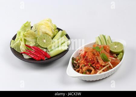 Piccante e aspro erba mista con insalata di pelle di maiale e la cotenna di maiale è popularThai cucina servita Foto Stock