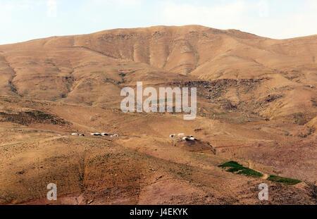 Bedouin tented villaggi nel deserto giordano. Foto Stock