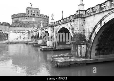Ponte di Sant'Angelo e il castello del Santo Angel (Castel Sant'Angelo) in Roma. Immagine in bianco e nero Foto Stock