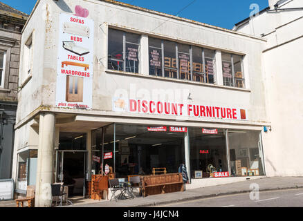 Un discount furniture store in penzance, Cornwall, Regno Unito Foto Stock