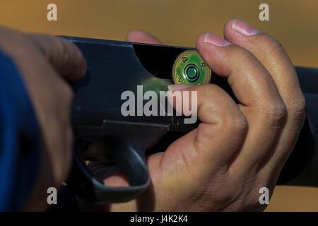 Giapponese guardia di sicurezza Satoshi Kinjo, carichi di un round nella Mossberg 12 Gage fucile durante una Non Foto Stock