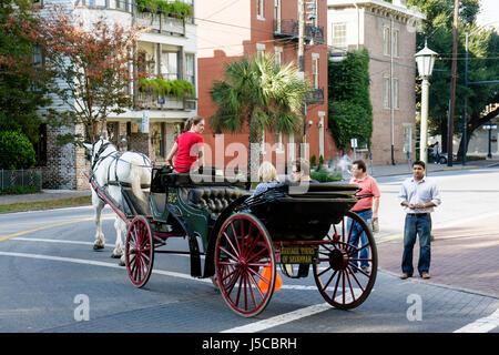 Savannah in Georgia Savannah Historic District National Historic landmark Lafayette Square carro trainato da cavalli Foto Stock
