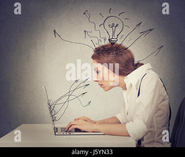 Azienda giovane donna che lavorano la digitazione sul computer nel suo ufficio Foto Stock