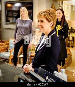 Moffat, UK. 19 Maggio, 2017. Del primo ministro di Scozia, Nicola Storione unisce Mairi McCallan, SNP candidato per Dumfriesshire, Clydesdale e Tweeddale (DCT) sul sentiero di campagna a Moffat. Credito: Andrew Wilson/Alamy Live News Foto Stock