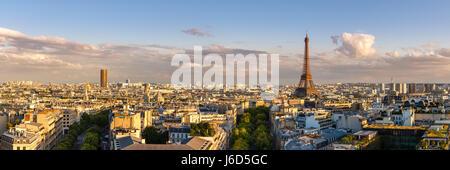 Panoramica vista estiva dei tetti di Parigi al tramonto con la Torre Eiffel. Sedicesimo arrondissement, Parigi, Francia Foto Stock