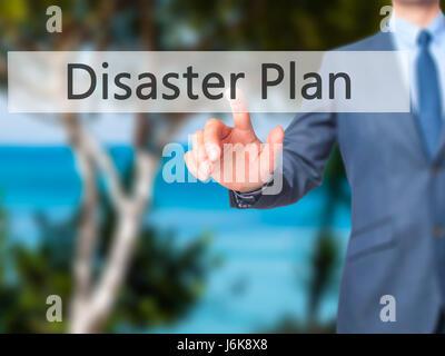 Piano di catastrofe - Imprenditore mano spingendo il pulsante sul touch screen. Business, tecnologia internet concetto. Foto Stock