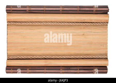 Tappetino di bambù con bordi arricciati e corda, isolati su sfondo bianco. Vista da sopra Foto Stock