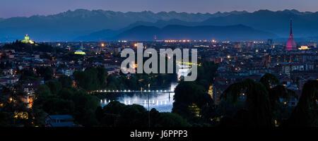 Torino cityscape panorama con il fiume Po e al crepuscolo