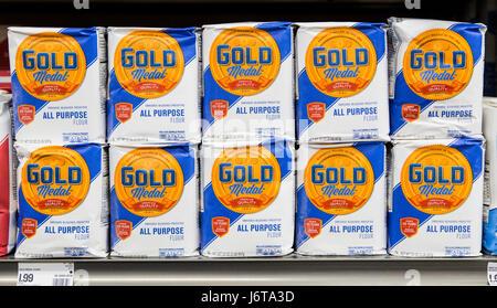 Sacchetti di medaglia d'oro di farina sullo scaffale di un negozio di alimentari Foto Stock