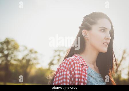 Close up ritratto della bella ragazza hipster all'esterno. guardando in lontananza. concetto di libertà adolescente Foto Stock