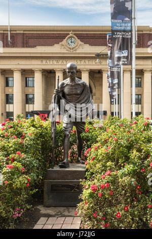 Wellington, Nuova Zelanda - 10 Marzo 2017: Classic iconico Mahatma Gandhi statua in bronzo di fronte giallo stazione Foto Stock