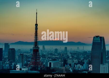 Un velo di nebbia blu si libra sul bellissimo skyline di Tokyo proprio come il sole sorge da dietro il Monte Fuji, Foto Stock