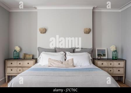Elegante camera da letto con persiane di capesante e parete luci