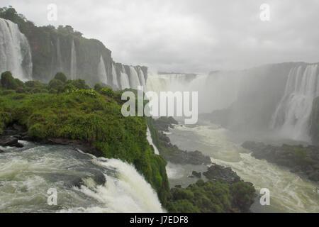Cascate di Iguassù, Brasiliano cade dal marciapiede vicino alla Gola del Diavolo, Brasile