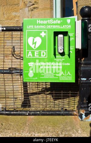 Un'emergenza pubblica un defibrillatore in cabinet bloccato sul lungomare a Clevedon, Somerset, Regno Unito. Foto Stock