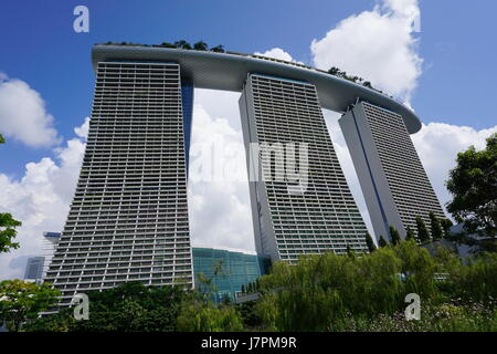 Vista di Marina Bay Sands come visto da giardini in baia., Singapore Foto Stock
