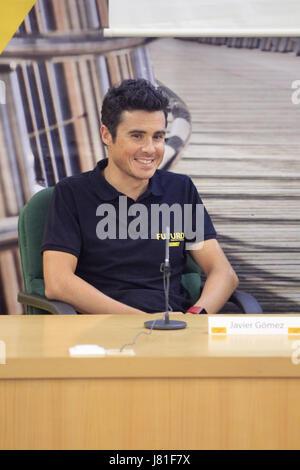 Triatleta spagnolo Javier Gomez Noya parla durante una conferenza stampa in vista della sua partecipazione al 2017 Foto Stock