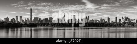 Mattina vista panoramica del centro cittadino di Manhattan grattacieli e il Central Park il serbatoio in bianco Foto Stock