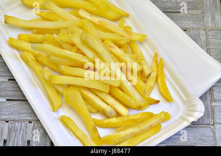 Pommes frites sul piatto di carta, close up, macro, frame completo Foto Stock