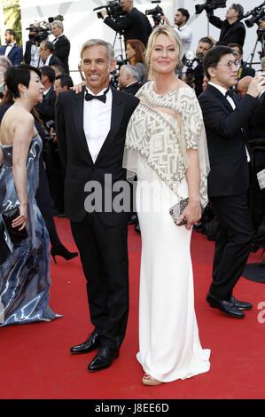 Cannes, Frankreich. 28 Maggio, 2017. Paul Belmondo e Luana Tenca frequentando la chiusura notturna del settantesimo Foto Stock