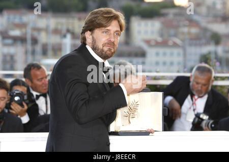 """Cannes, Frankreich. 28 Maggio, 2017. Regista Ruben Oustland con La Palme d'Or per il film """"La Piazza"""" al vincitore Foto Stock"""
