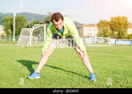 Uno sportivo che esercitano in un campo di calcio e la preparazione per la partita Foto Stock