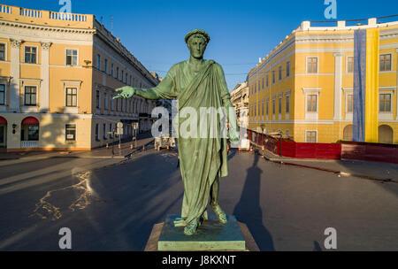Elevata drone shot del duca di richelieu statua sulla prymorski boulevard odessa. prese a sunrise Foto Stock
