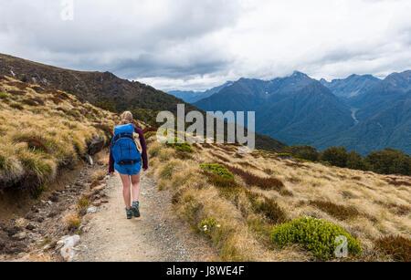 Escursionista femmina su Kepler via, Parco Nazionale di Fiordland, Southland, Isola del Sud, Nuova Zelanda Foto Stock