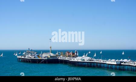 Barche a vela in una regata intorno al Vittoriano Molo di Brighton, Inghilterra meridionale Foto Stock