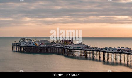 Vista di un tramonto sul molo di Brighton e Hove, Inghilterra meridionale Foto Stock