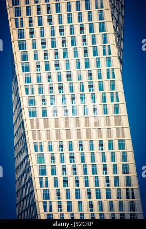 La moderna architettura astratta, Dubai Cayan twisted tower Foto Stock
