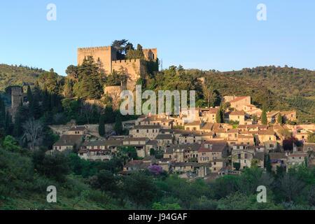 Francia, Pirenei Orientali, Castelnou, etichettato Les Plus Beaux Villages de France (il più bel villaggio di Francia)