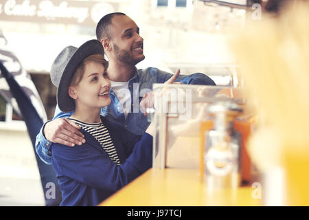 I clienti al di fuori del cibo camion sulla strada Foto Stock