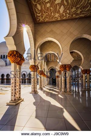 Una vista dentro la Sheikh Zayed Grande Moschea di Abu Dhabi. Foto Stock