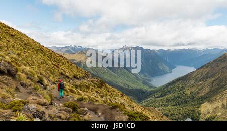 Escursionista, Sud Fiordo del Lago Te Anau, montagne Murchison, Alpi del Sud in background, Keplero via, Parco Nazionale Foto Stock