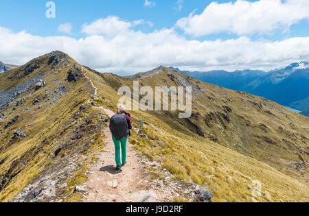 Escursionista femmina su Kepler via, Parco Nazionale di Fiordland, Southland, Nuova Zelanda Foto Stock