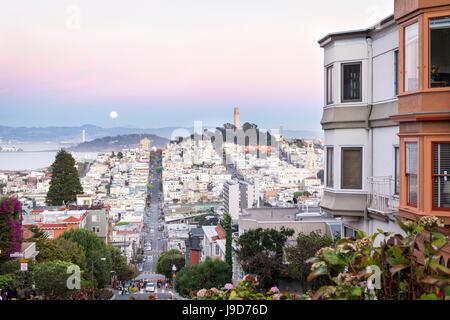 Super luna e vista della Bay Area, incluso San Francisco-Oakland Bay Bridge di San Francisco, California, Stati Uniti d'America Foto Stock