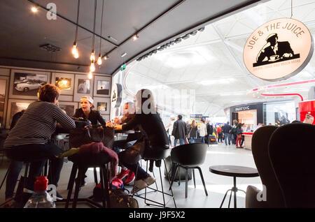 Le persone che bevono alla Joe & juice cafe, Stansted airport lounge partenze, London REGNO UNITO Foto Stock