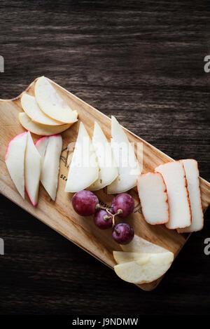 Misto formaggio portoghese tapas snack piatto con Apple e uve di Foto Stock